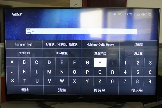 软键盘设计颇有特点,是按26个字母的顺序排列而非按